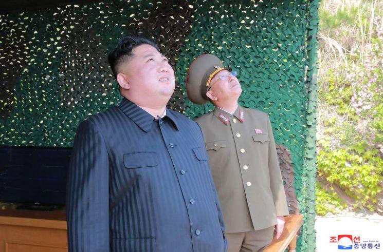 김정은 북한 국무위원장이 지난 4일 동해상에서 진행된 대구경 장거리 방사포와 전술유도무기 화력타격훈련을 참관했다고 조선중앙통신이 5일 보도했다.