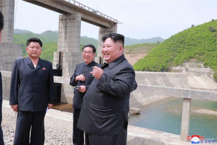 김정은 북한 국무위원장이 지난 4일 금야강2호발전소를 시찰했다고 조선중앙통신이 5일 보도했다.