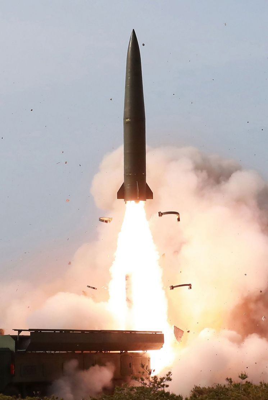 김정은 북한 국무위원장이 참관한 가운데 지난 4일 동해상에서 진행된 대구경 장거리 방사포와 전술유도무기 화력타격훈련.