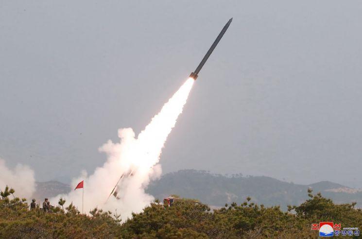 김정은 북한 국무위원장이 참관한 가운데 지난 4일 동해상에서 진행된 대구경 장거리 방사포와 전술유도무기 화력타격훈련. (사진=연합뉴스)