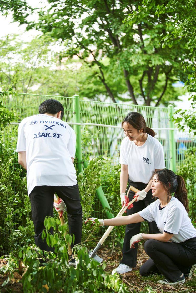 현대자동차가 지난 4일 서울시, 한국대학생 홍보대사 연합, 사회적 트리플래닛과 함께 '화려한 손길 캠페인' 11번째 프로젝트로 서울 당산초에 숲을 조성했다.(사진=현대차)