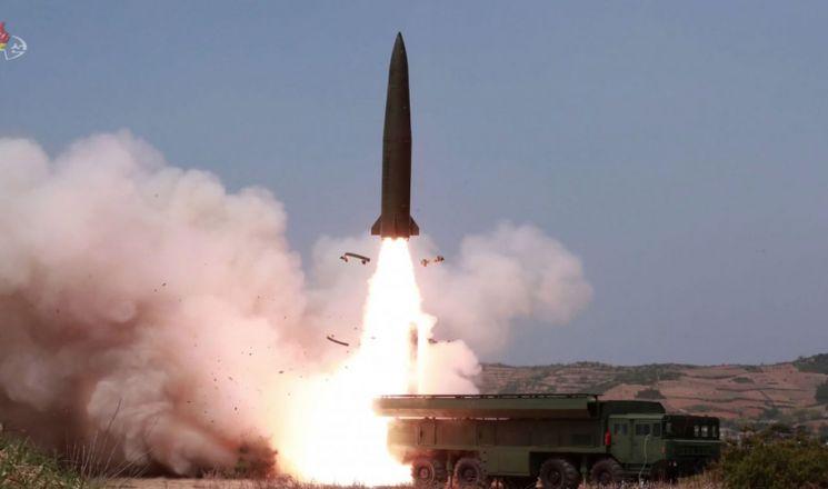 북한 조선중앙TV가 5일 전날 동해 해상에서 김정은 국무위원장 참관 하에 진행된 화력타격 훈련 사진을 방영했다. '북한판 이스칸데르' 미사일로 추정되는 전술유도무기가 날아가는 모습. (사진=연합뉴스)