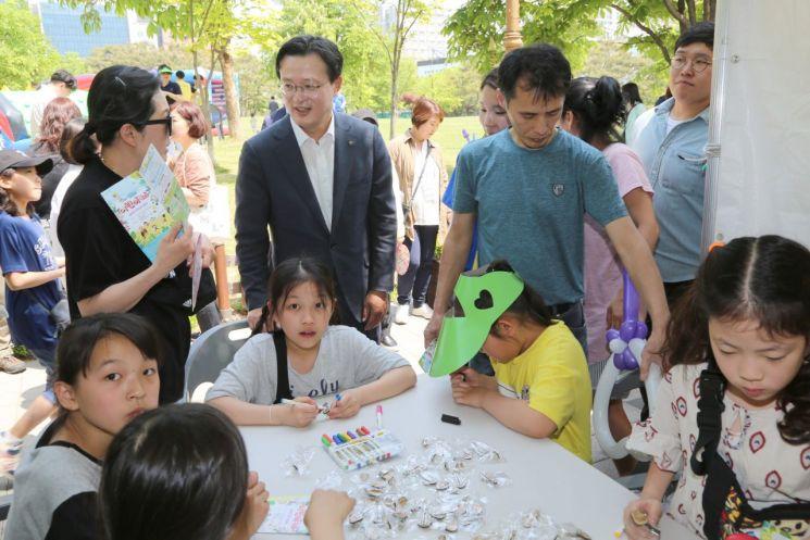 [포토]채현일 영등포구청장, 영등포 어린이 축제 체험부스 방문