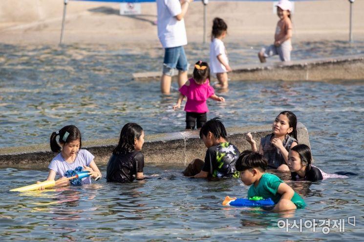 [포토]물놀이하며 더위 식히는 어린이들