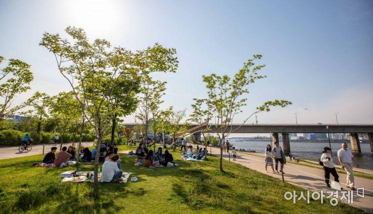 [포토]연휴 맞아 한강공원 찾은 시민들