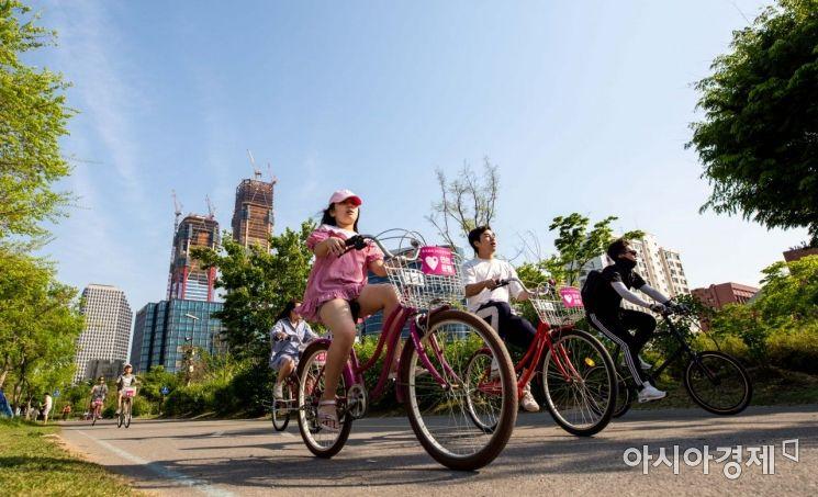 [포토]푸른 하늘 아래 만끽하는 자전거 라이딩