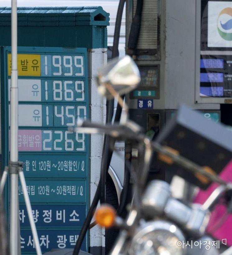 휘발유 가격이 11주째 상승세를 이어가면서 서울 지역 휘발유 평균 가격이 1,500원 후반대에 진입한 6일 서울 시내의 한 주유소 가격이 1,999원으로 표시되어 있다. 8일부터는 정부의 유류세 인하 폭이 현행 15%에서 7%로 축소되어, 휘발유는 리터당 65원, 경우는 46원씩 가격 인상요인이 발생해 휘발유 가격이 1,600원대에 진입 될 것으로 예상되고 있다./윤동주 기자 doso7@