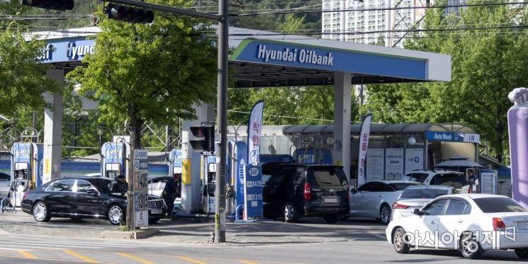 정부의 유류세 인하 폭이 현행 15%에서 7%로 축소가 예고된 6일 서울의 한 주유소에 미리 기름을 넣으려는 차량들이 줄을 서고 있다./윤동주 기자 doos7@