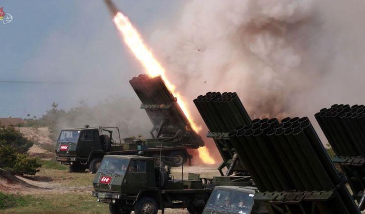 북한 조선중앙TV가 5일 전날 동해 해상에서 김정은 국무위원장 참관 하에 진행된 화력타격 훈련 사진을 방영했다. 북한 240mm 방사포로 보이는 무기의 훈련 모습. (사진=연합뉴스)