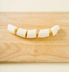 1. 바나나는 껍질을 벗겨 적당한 크기로 썬다.