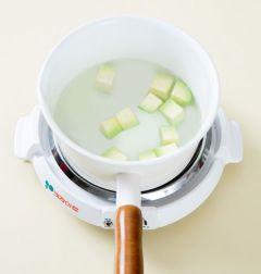 2. 냄비에 물을 2컵을 넣고 끓여 팔팔 끓으면 애호박을 넣는다.