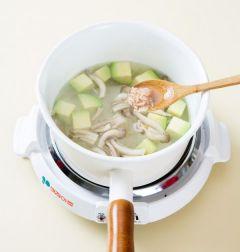3. 한소끔 끓으면 애느타리버섯, 새우젓을 넣어 5분 정도 끓인다.