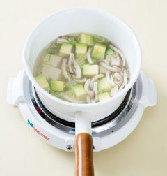 4. 애호박이 익으면 두부, 대파, 다진 마늘을 넣고 소금과 후춧가루로 간하여 3분 정도 끓인다.