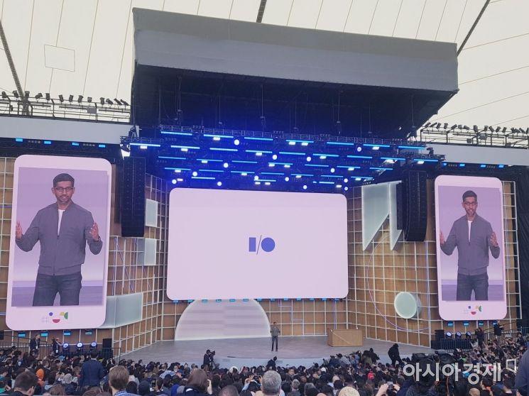 순다 피차이 최고경영자(CEO)가 7일(현지시간) 미국 캘리포니아주 마운틴뷰에서 열린 연례 개발자 회의 '구글 I/O 2019'의 기조연설을 하고 있다.