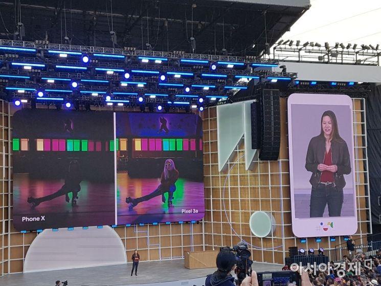 사브리나 앨리스 구글 프로덕트 매니지먼트 부문 부사장이 7일(현지시간) 미국 캘리포니아주 마운틴뷰 앰피씨어터에서 열린 연례 개발자 행사 '구글 I/O 2019'에서 새 픽셀시리즈 스마트폰 '픽셀 3A'의 카메라 성능을 설명하고 있다.