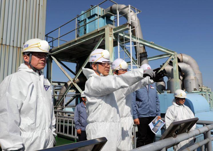 박일준 동서발전 사장(왼쪽 두번째)이 동해화력본부에서 회사 경영진과 함께 '5월 경영전략회의 및 현장 안전 경영활동'을 실시하고 있다.