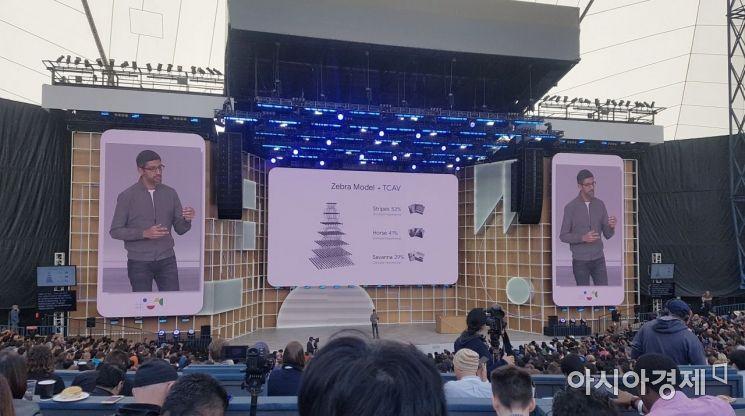 순다 피차이 구글 최고경영자(CEO)가 7일(현지시간) 미국 캘리포니아주 마운틴뷰에서 열린 '구글 I/O 2019'에서 새 스마트폰 운영체제(OS) 안드로이드Q에 대해 설명하고 있다.