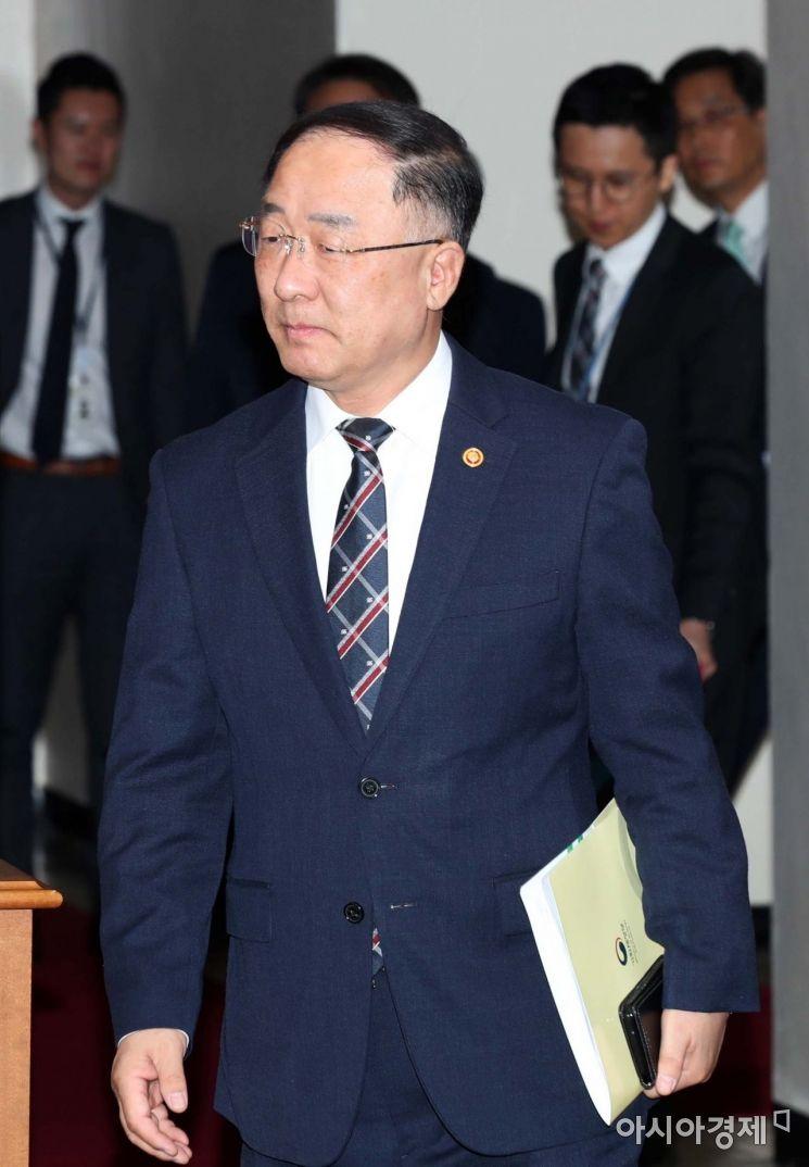 [포토]경제활력대책회의 향하는 홍남기