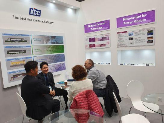KCC 직원들이 독일 뉘른베르그에서 열린 반도체 소재 전시회에서 관람객에게 제품을 소개하고 있다.