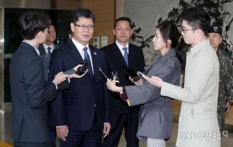 [포토] 김연철 장관, 남북연락사무소 방문 마치고 입경