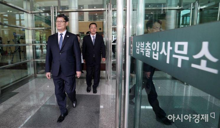 [포토] 남북출입사무소 나서는 김연철 통일부 장관