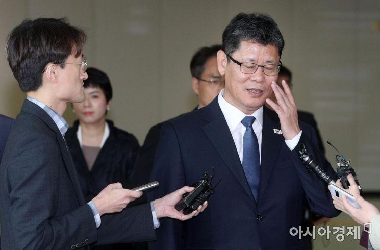 [포토] 안경 고쳐쓰는 김연철 장관