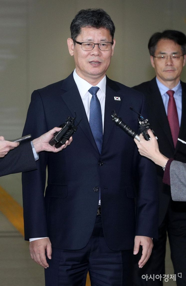 [포토] 취재진 질문에 답하는 김연철 장관