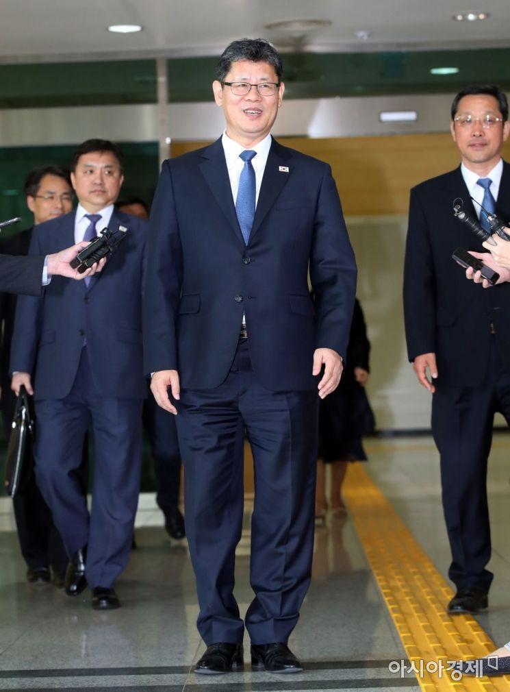 [포토] 미소 지으며 입경하는 김연철 장관