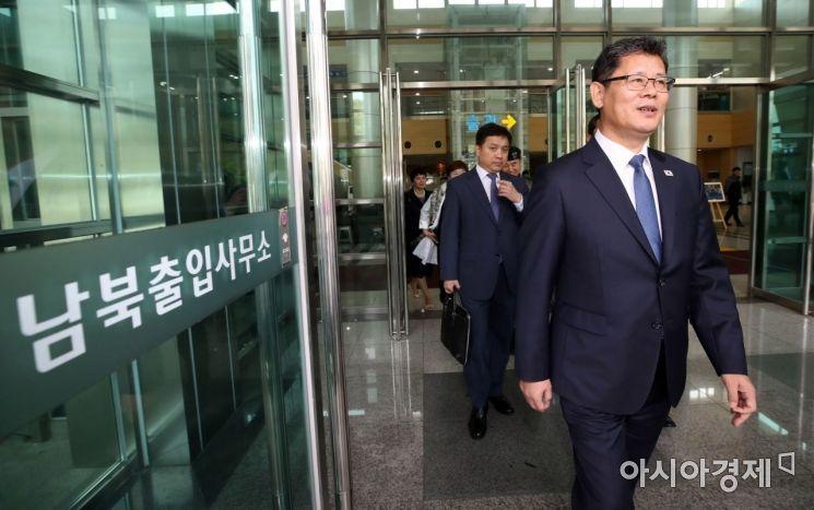 [포토] 취임 첫 방북 마치고 돌아온 김연철 장관