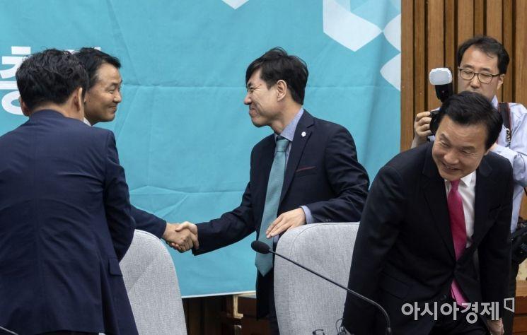 [포토] 인사 나누는 김관영 원내대표-하태경 최고