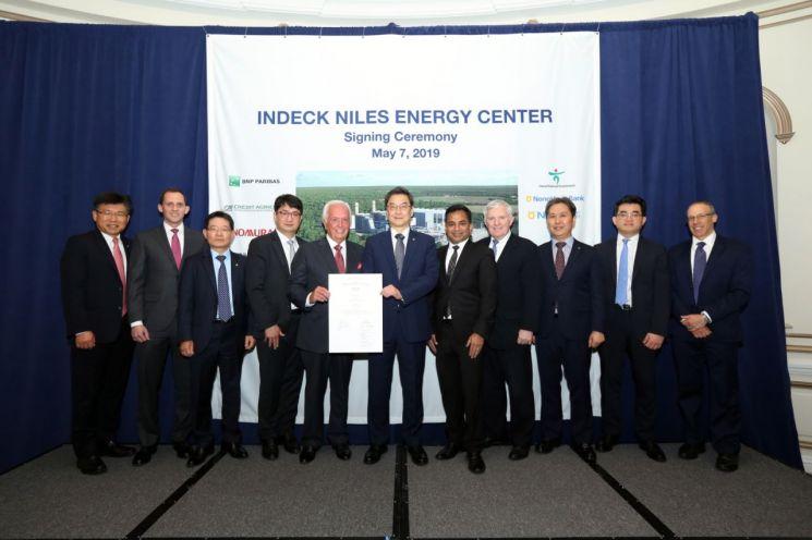 미국 뉴욕 소재 뉴욕팰리스호텔에서 열린 금융종결 서명식. 이날 서명식에는 변준석 대림에너지 상무(왼쪽 네번째)와 신정식 남부발전 대표이사(왼쪽 여섯번째)를 비롯해 대주단 관계자들이 참석했다.