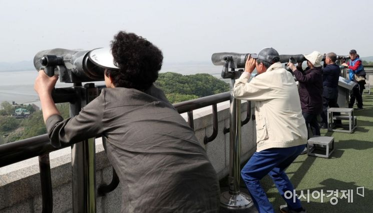 [포토] 북녘땅 바라보는 관광객들