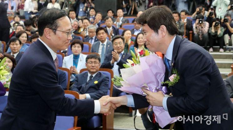 [포토] 더불어민주당 4기 원내대표에 이인영 선출