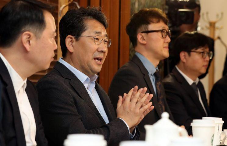 박양우 문화체육관광부 장관(왼쪽 두 번째)이 9일 경기도 성남시 분당구의 한 식당에서 게임업계 대표들을 만나 간담회를 갖고 게임산업에 대한 의견을 나누고 있다.[사진=문화체육관광부 제공]