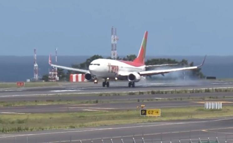 제주공항에 착륙하는 항공기의 모습. [사진=유튜브 화면캡처]