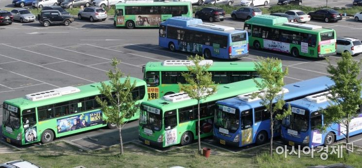 서울시버스노조가 파업 여부를 결정하는 투표를 실시한 9일 서울의 한 버스업체 차고지에 버스들이 주차돼 있다. 이날 투표 결과에 따라 오는 15일 서울 시내버스 전체 노선 운행 중단여부가 결정 된다./김현민 기자 kimhyun81@