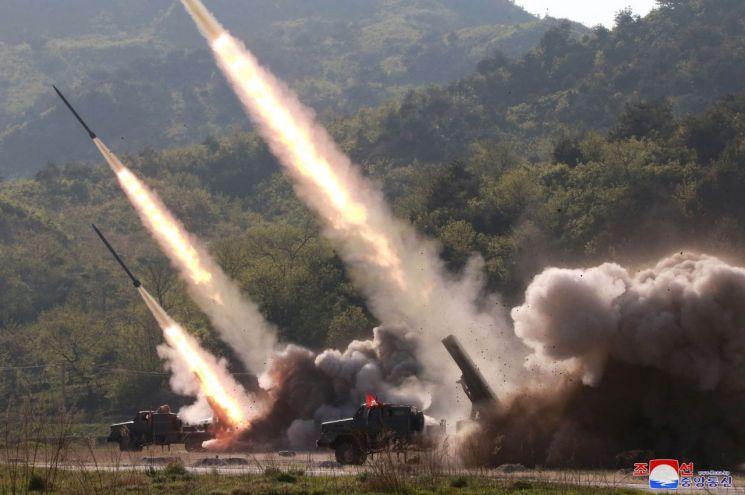 북한이 지난 9일 김정은 국무위원장의 지도 아래 조선인민군 전연(전방) 및 서부전선방어부대들의 화력타격훈련을 했다고 조선중앙통신이 보도했다. 훈련에는 '북한판 이스칸데르'로 추정되는 발사체 외에 240mm 방사포와 신형 자주포로 보이는 무기도 동원됐다.