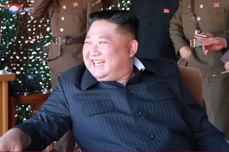 북한이 지난 9일 김정은 국무위원장의 지도 아래 조선인민군 전연(전방) 및 서부전선방어부대들의 화력타격훈련을 했다고 조선중앙통신이 보도했다. 중앙통신이 공개한 사진에서 김 위원장이 훈련을 참관하고 있다.