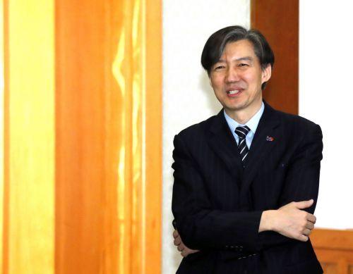 조국 청와대 민정수석이 지난달 청와대에서 열린 국무회의에 입장하고 있다. [이미지출처=연합뉴스]