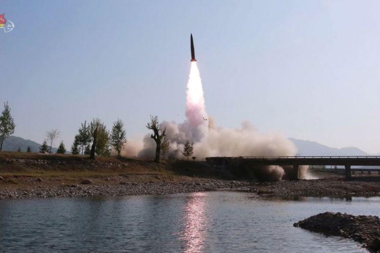북한이 지난달 9일 김정은 국무위원장의 지도 아래 조선인민군 전연(전방) 및 서부전선방어부대들의 화력타격훈련을 했다고 조선중앙TV가 보도했다. 사진은 중앙TV가 공개한 훈련 모습으로 단거리 미사일 추정체가 이동식 발사차량(TEL)에서 공중으로 치솟고 있다.