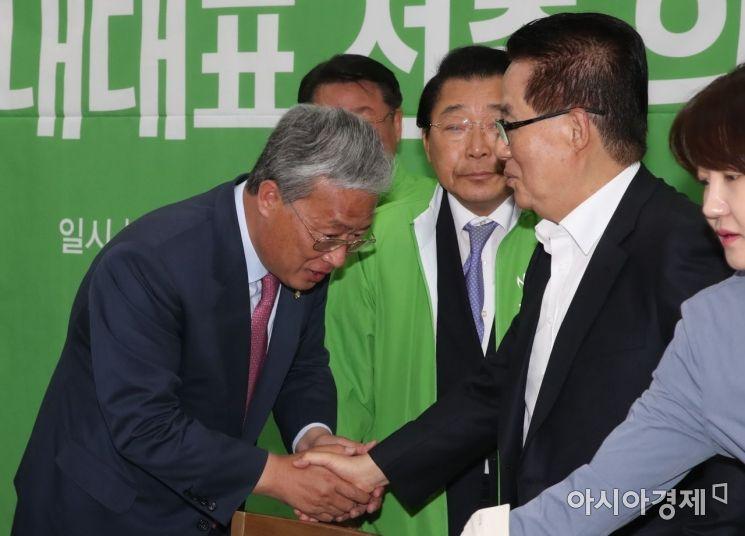 지난 5월13일 민주평화당 신임 원내대표로 선출된 유성엽 의원이 박지원 의원과 인사를 나누고 있다./윤동주 기자 doso7@