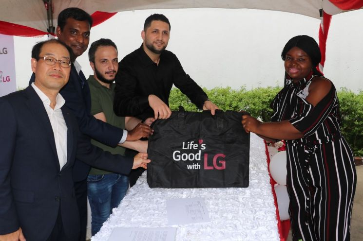 LG전자, 나이지리아 빈민가에 무료 세탁방 열었다