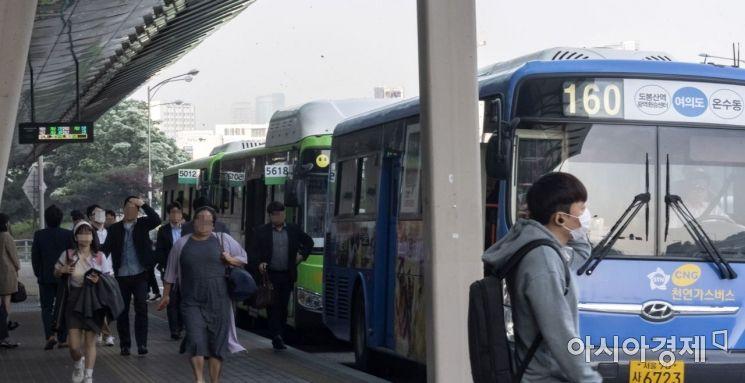 버스노조가 예고한 파업을 하루 앞둔 14일 서울 여의도 환승센터가 버스를 이용하는 승객들로 붐비고 있다./윤동주 기자 doso7@