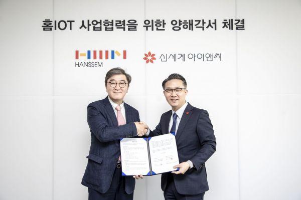 (왼쪽부터)이영식 한샘 사장, 고학봉 신세계아이앤씨 밸류서비스사업부 상무.