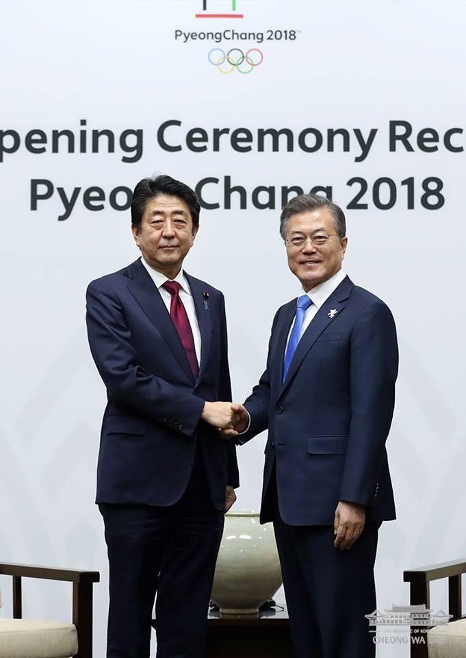 문재인 대통령과 아베 신조 일본 총리가 지난해 평창 동계 올림픽 기간 만나 악수하고 있다.[사진=청와대페이스북]