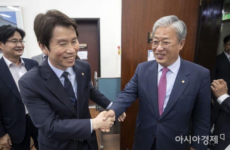 [포토] 반갑게 인사 나누는 이인영-유성엽