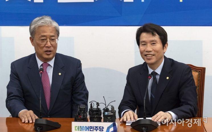 [포토] 이야기 나누는 이인영-유성엽 원내대표