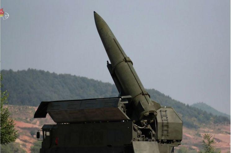 북한이 지난 9일 김정은 국무위원장의 지도 아래 조선인민군 전연(전방) 및 서부전선방어부대들의 화력타격훈련을 했다고 조선중앙TV가 보도했다. 사진은 중앙TV가 공개한 훈련 모습으로 단거리 미사일 추정체가 이동식 발사차량(TEL) 위에서 발사를 위해 수직으로 들어 올려지고 있다.