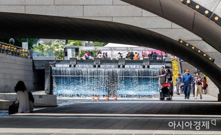 미세먼지 없는 초여름 날씨가 이어진 지난 14일 서울 종로구 청계천을 찾은 관광객과 시민들이 즐거운 시간을 보내고 있다./강진형 기자aymsdream@