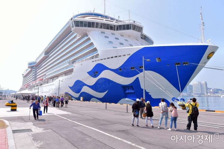 14일 오전 14만 4천 톤 규모 초대형 크루즈 '마제스틱 프린세스 호'가 승객과 승무원 5396명을 태우고 여수시 신항에 입항했다.(사진=여수시 제공)
